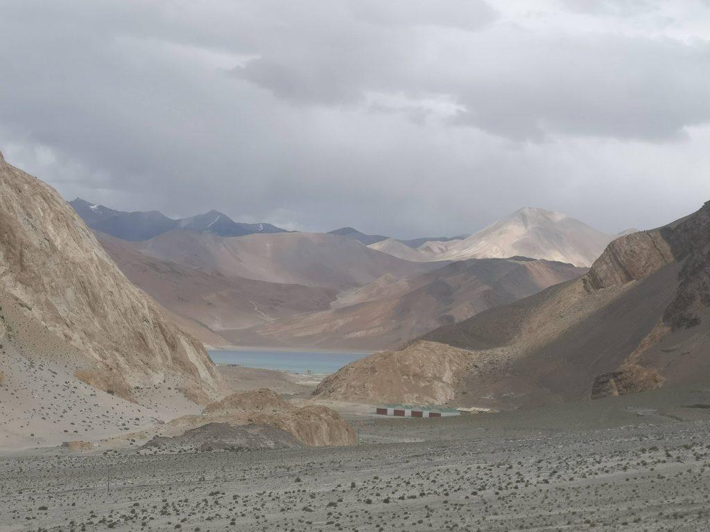 【2019印度自助】遇見三個傻瓜拍攝場景,今晚我們住班公錯湖吧!
